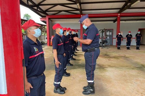 Remise de médailles à des pompiers volontaires de Cacao