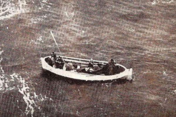 La première baleinière, photographiée par les secouristes