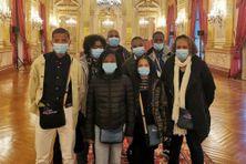 """Un groupe de jeunes réunionnais en visite à l'Assemblée nationale à Paris le 11 octobre 2021, dans le cadre du programme """"Citoyen de ma République""""."""