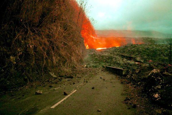La RN2 rongée par le volcan