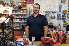 Stephen Matchem espère attirer les touristes dans son épicerie et son restaurant.