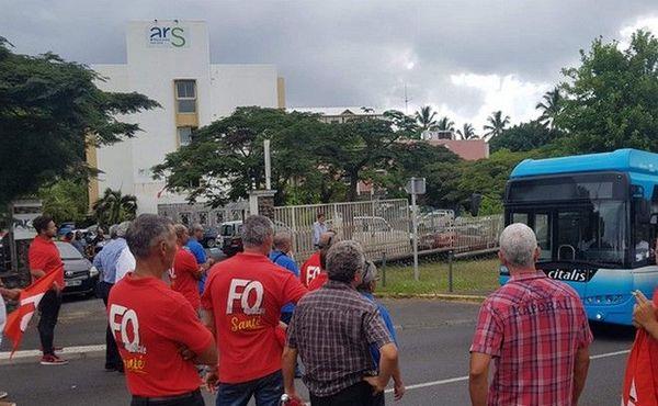 grève chu les syndicats bloquent la route devant l'ARS OI 270319