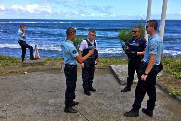 confinement gendarmes police municipale Etang Salé plage 220320