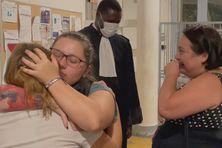 Ludmila et Déborah dans les bras l'une de l'autre, aux côtés de leur mère et de leur avocat, Me Diallo