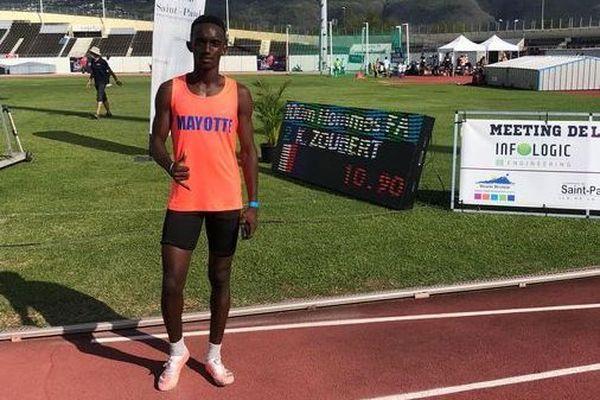 Kamel Zoubert pose devant son record personnel sur 100m