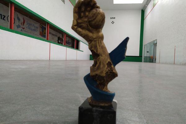 Le trophée du tournoi à main nue le tournoi Hobérénak