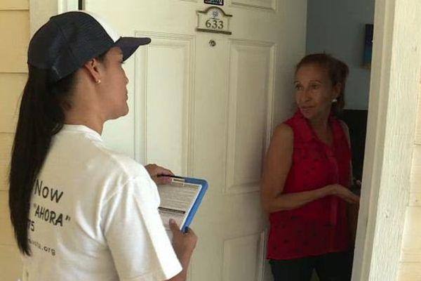 Bénévole cherchant à mobiliser les électeurs hispaniques à voter Clinton