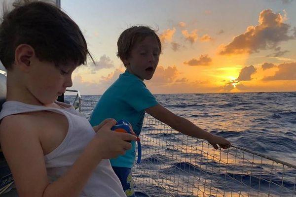 Paul et William à bord d'Orion, le voilier de la famille Leroyer-Goulet