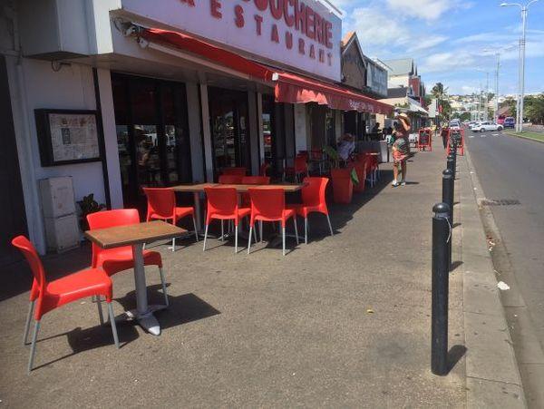 Restaurateurs et tables dans la rue