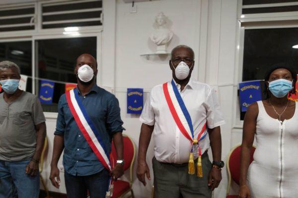 Narcisse Rozé maire de Ouanary en blanc au centre