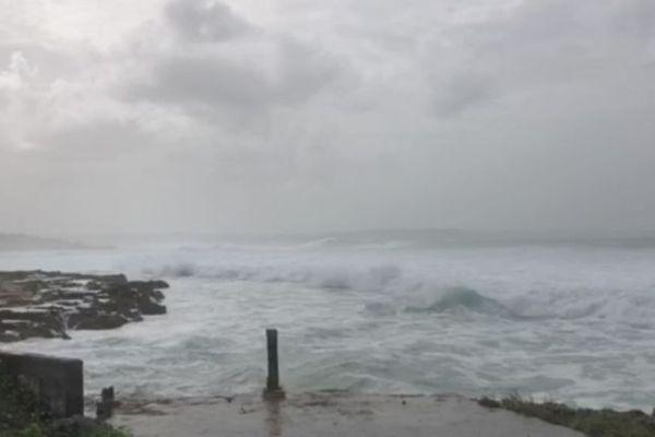 Mer dangereuse à la côte niveau ORANGE Vents violents niveau JAUNE