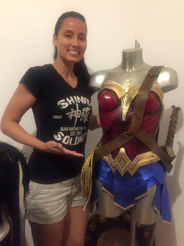 Victoria Viret, cosplayeuse calédonienne, devant son costume fait maison de Wonder Woman.