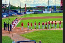 Au Stade Clover Park à Floride, les équipes de baseball cubaines et canadiennes écoutent les hymnes respectifs.