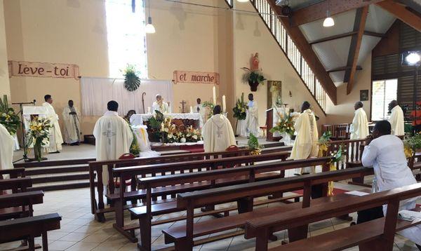 Tradition : la messe de Pâques célébrée par écran cathodique à l'église de la Sainte Famille de la cité Grant