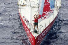 """Maud Fontenoy sur son bateau """"L'Oréal Paris"""" le 14 mars 2007, après 151 jours en mer au large de Saint-Denis-de-la-Réunion."""