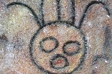 Une représentation artistique des roches gravées de Trois-Rivières exposée à la mairie de la commune