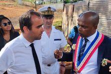 Sébastien Lecornu écoute Youssouf Ambdi, maire de Ouangani, lui exposer les difficultés rencontrés par les quartiers à habitations indignes dans sa commune.