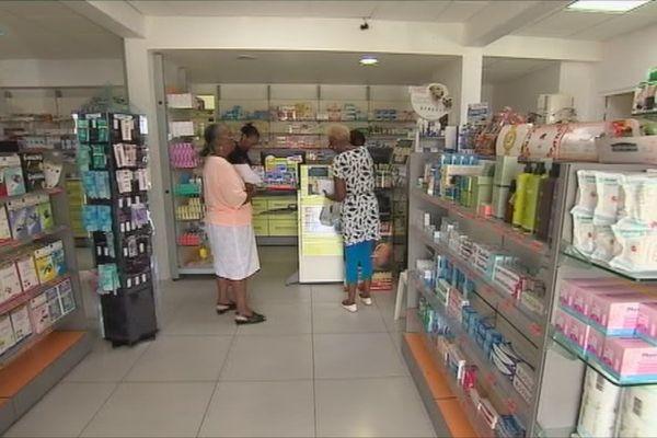 Clients dans pharmacie