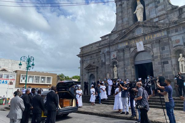 Arrivée cercueil Lucette Michaux-Chevry obsèques