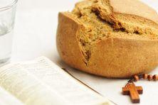 Eau, pain, chapelet et bible, les outils du carême des catholiques.