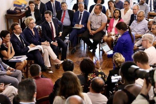 Emmanuel Macron rencontrent les représentants citoyens de l'observatoire des prix, à la préfecture.