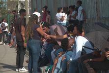 Les lycéens mobilisés devant le lycée Bellevue (Fort-de-France).