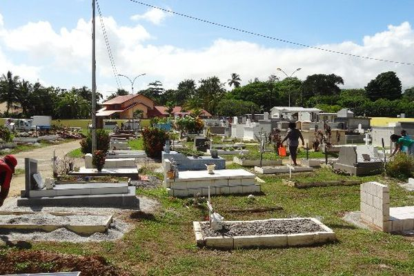 Djobeur au travail dans le cimetière de Montjoly