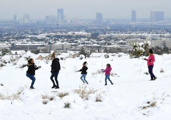 Des enfants profitent de la neige, le 21 février 2019 sur les hauteurs de Las Vegas (Etats-Unis).