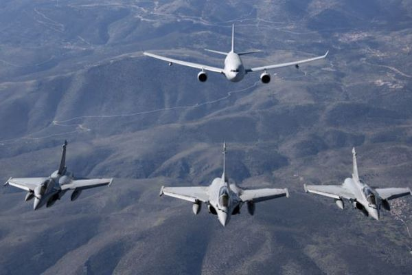 Trois Rafale et un A400M dans le ciel polynésien en juin