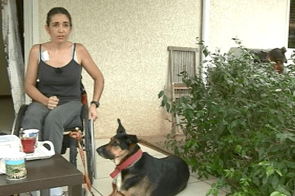 Laure Labat, présidente de Pupuce & Co, et sa chienne d'assistance Bella (4 février 2018).