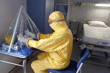 A l'hôpital Bégin, en banlieue de Paris, le dispositif sanitaire a déjà servi à soigner avec succès une infirmière contaminée en Afrique