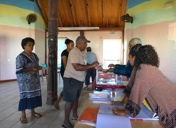 Provinciales 2019, premiers électeurs au BV 1 de Maré, Tadine