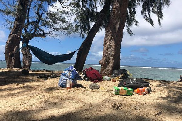 Des bouteilles, des pétards et des déchets en tous genres ont été ramassés sur les plages de l'ouest, ce mercredi 1er janvier
