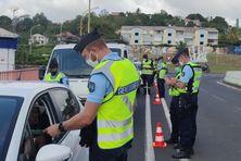 La gendarmerie de Martinique contrôle les autorisations de déplacement des automobilistes.