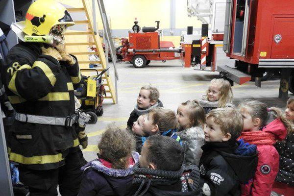 Des enfants de Saint-Pierre et Miquelon émerveillés par la caserne des pompiers