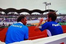 Capture d'écran du second match de la journée. Yannick Noah et Gilles Simon en pleine discussion.