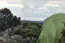 Tente avec vue sur la première éruption du volcan en 2021. Des campeurs ont ainsi pu profiter du spectacle de nuit sans braver le couvre-feu.