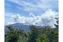 A Saint Vincent et les Grenadines, le volcan la Soufrière continue à émettre des gaz toxiques.