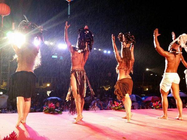 Danse traditionnelle sous la pluie