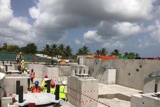 pose d'isolateurs sismiques sur le chantier du nouveau CHU