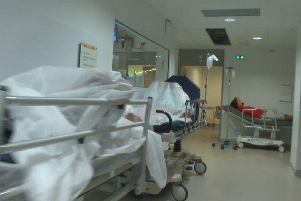 Malades dans les couloirs de l'hôpital