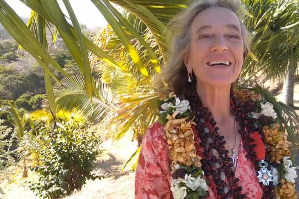 Micheline Rauzy-Papouin reçoit la légion d'honneur à Hiva Oa