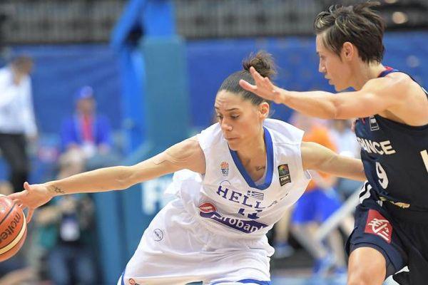Céline Dumerc en défense face à la Grecque Angeliki Nikolopoulou