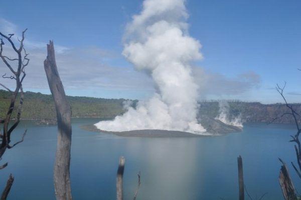 Lac acide Voui du volcan en activité Manaro sur lîle d'Ambae au Vanuatu (juin 2010)