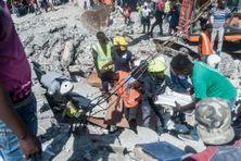 Les secours cherchent des survivants dans les décombres après le séisme en Haïti