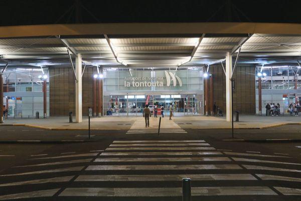 Entrée de l'aéroport de Tontouta de nuit
