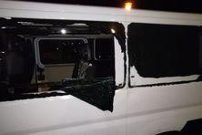 Vitre brisée d'un des véhicules victimes de caillassage la nuit dernière sur la RP1.