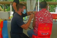 Un sapeur-pompier venu en renfort vaccine un habitant de Raivavae.