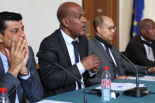 Serge Letchimy, député de la Martinique (au centre)