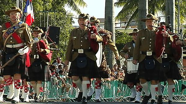 Défilé du 14 juillet 2013 à Nouméa ouvert par les Bagpipers de la Royal Australien Air Force